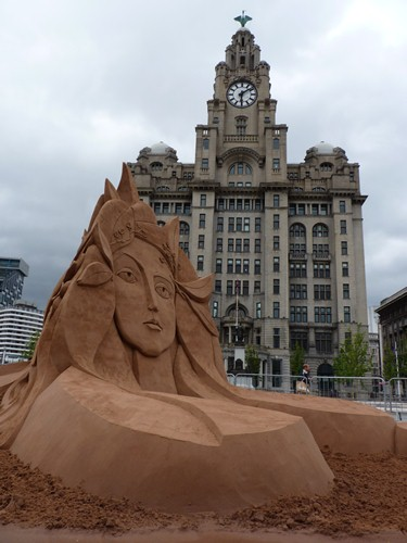 Martijn's Picasso sand sculpture in front of the Liver building