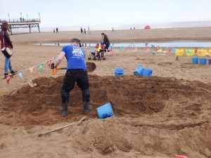 Jamie Wardley begins his sand sculpture