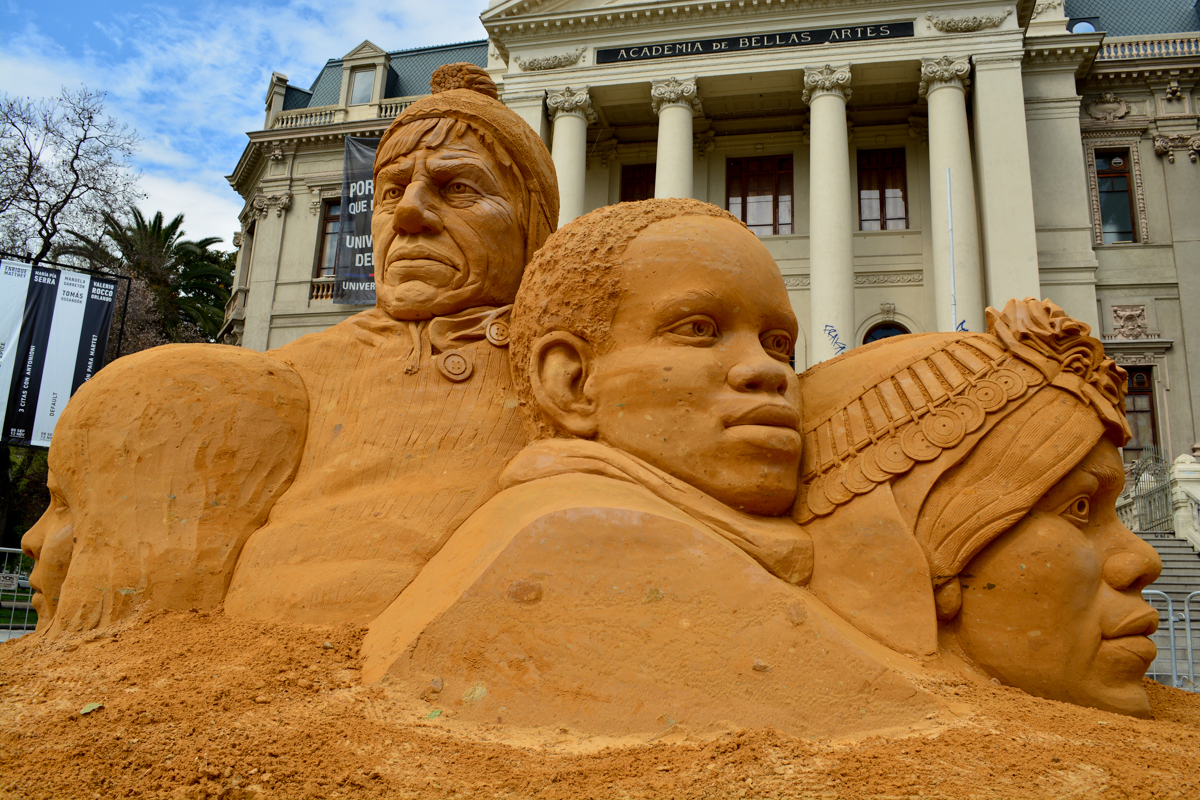 giant_sand_sculptures_britain_chile_south_america