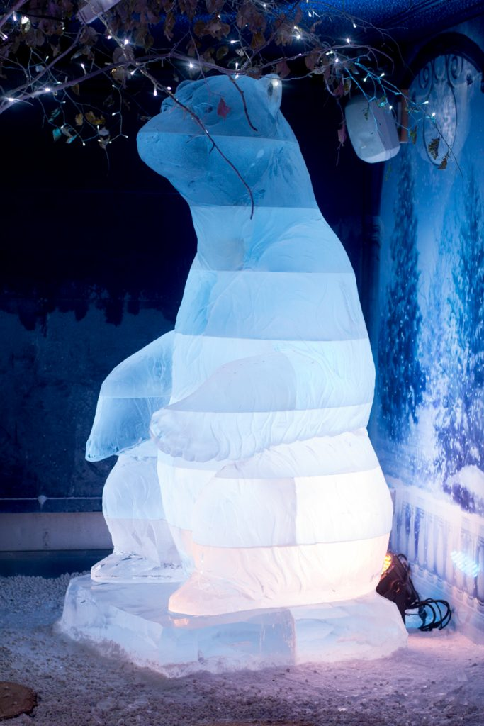 huge_polar_bear_ice_sculpture_york_winter_wonderland_events