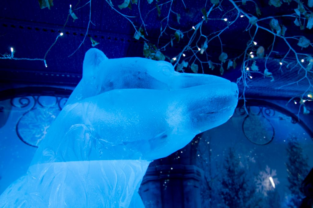 polar_bear_head_ice_sculpture_amazing