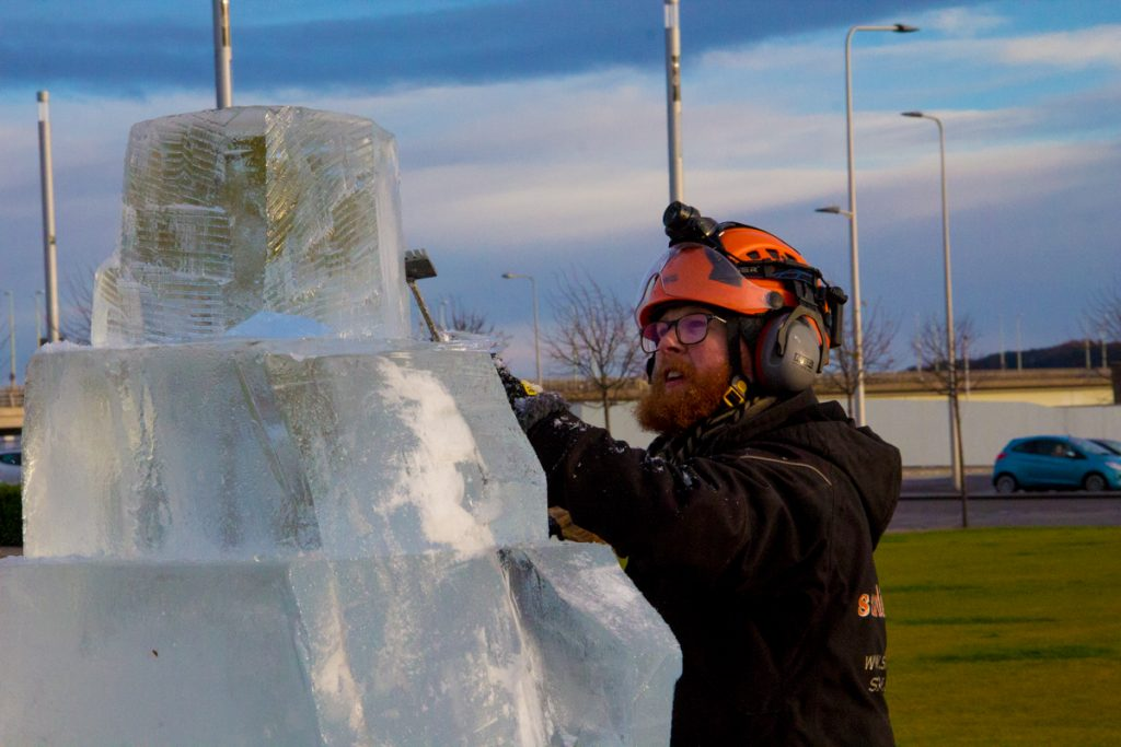 ice_sculptor_jamie_wardley_sand_in_your_eye_live_carving_scotland_dundee